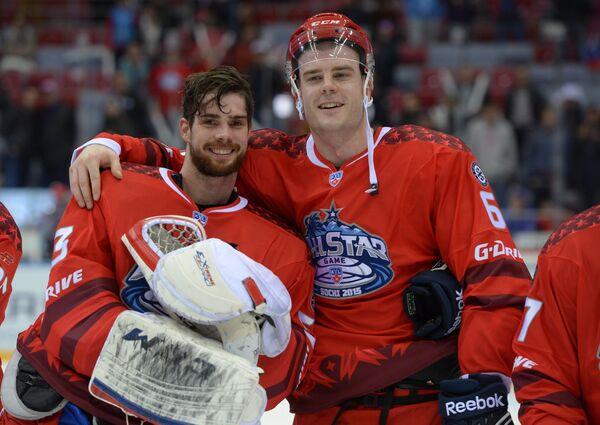 Вратарь команды Восток Александр Салак (слева) и игрок команды Восток Патрик Херсли