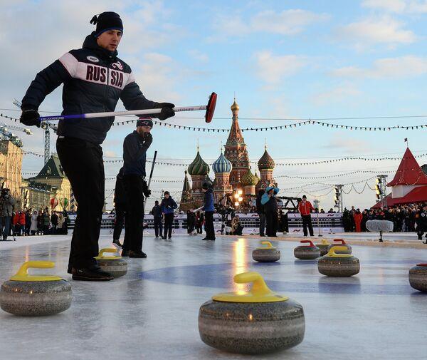 Российская команда скипа Александра Крушельницкого во время турнира по керлингу под открытым небом Red Square Classic