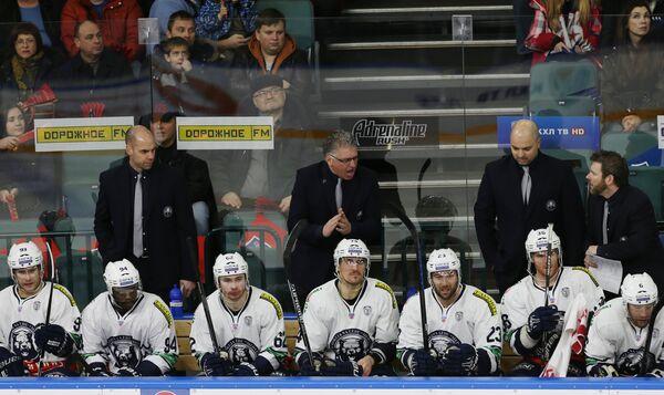 Главный тренер Медвешчака Дуг Шедден (в центре на втором плане)