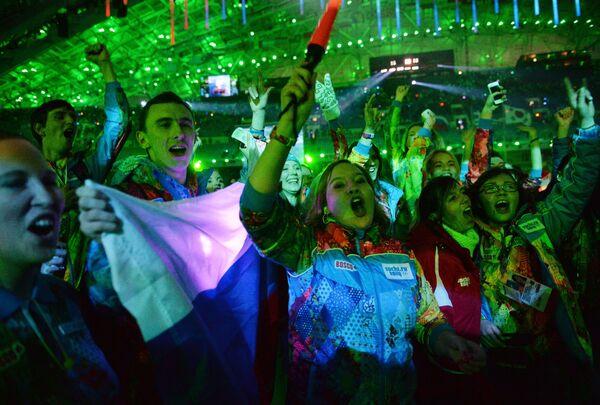 Волонтеры на церемонии закрытия XXII зимних Олимпийских игр в Сочи