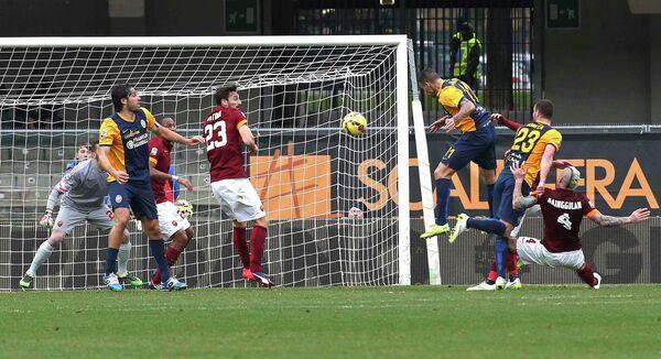 Игровой момент матча Верона - Рома