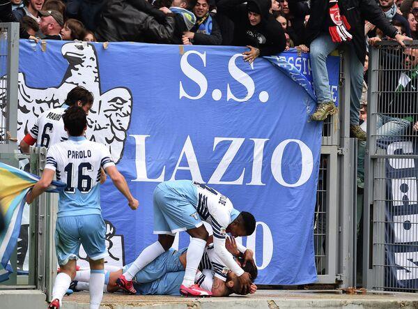 Футболисты Лацио празднуют забитый Антонио Кандревой гол