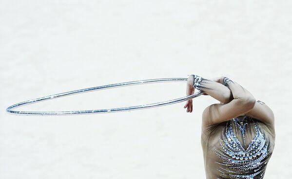 Марагарита Мамун (Россия) выполняет упражнения с обручем
