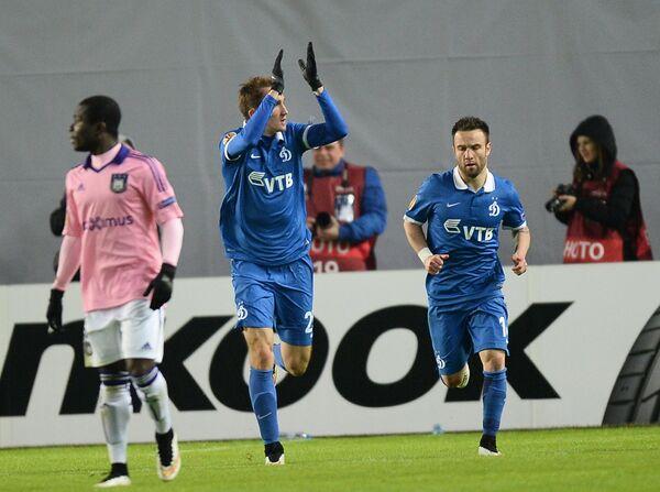 Защитник Динамо Алексей Козлов (в центре) радуется забитому голу.