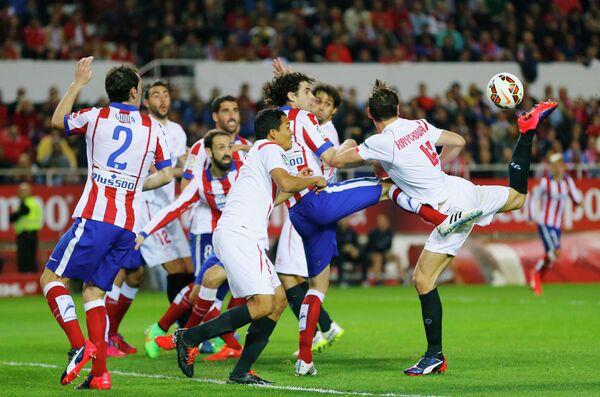 Игровой момент матча Севилья - Атлетико