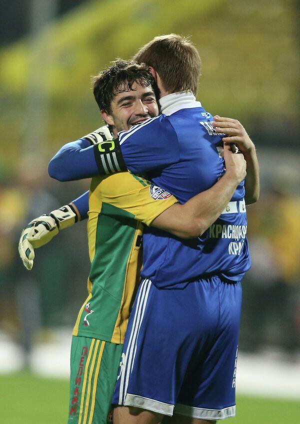 Полузащитник Кубани Антон Соснин (слева) и вратарь Кубани Александр Беленов