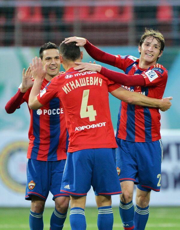 Футболисты ЦСКА Георгий Миланов, Сергей Игнашевич и Марио Фернандес (слева направо) радуются забитому голу