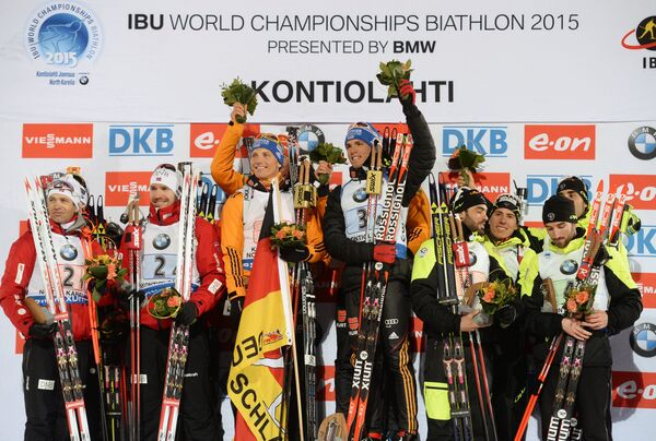 Слева направо: норвежские биатлонисты Уле-Эйнар Бьерндален, Тарьей Бе, Йоханнес Бе , Эмиль Хегле Свендсен – серебряные медали, немецкие биатлонисты Эрик Лессер, Даниэль Бем, Арнд Пайффер, Симон Шемпп – золотые медали, французские биатлонисты Симон Фуркад, Жан-Гийом Беатрикс, Кентен Фийон-Майе, Мартен Фуркад – бронзовые медали