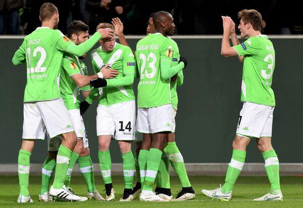 Футболисты Вольфсбурга поздравляют с забитым мячом Кевина де Брейне.