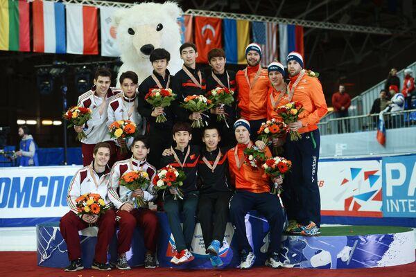 Призеры эстафеты на 5000 метров среди мужчин на чемпионате мира по шорт-треку