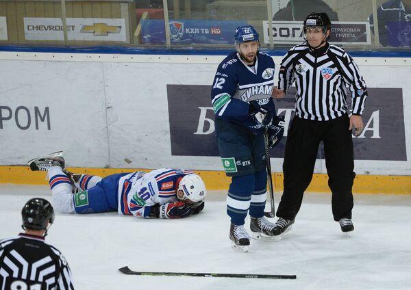 Форвард Динамо Юрий Бабенко (второй справа) и форвард СКА Евгений Кетов (второй слева)