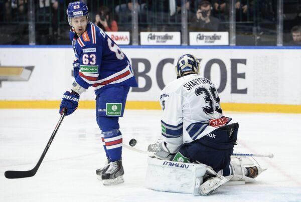 Форвард СКА Евгений Дадонов (слева) и вратарь Динамо Александр Шарыченков