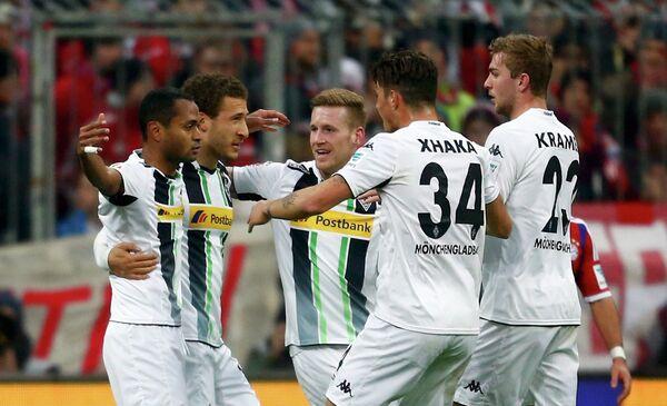 Игроки Боруссии из Менхенгладбаха радуются забитому голу