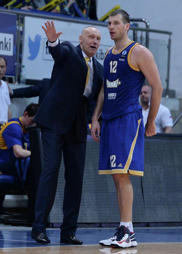 Главный тренер Химок Римас Куртинайтис (слева) и форвард Химок Сергей Моня