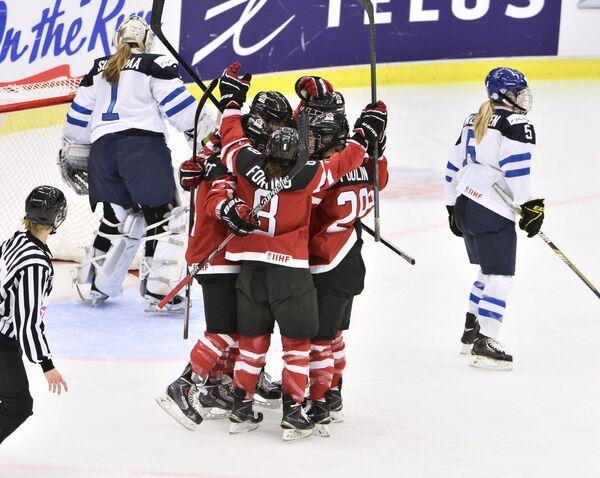 Хоккеистки сборной Канады (в центре)