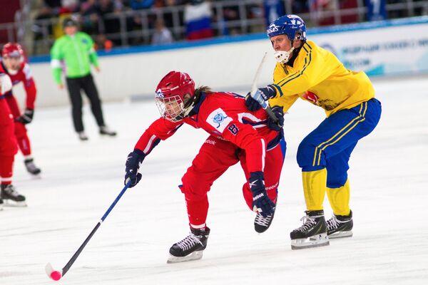 Полузащитник сборной России Максим Ишкельдин (слева) и полузащитник сборной Швеции Даниэль Берлин