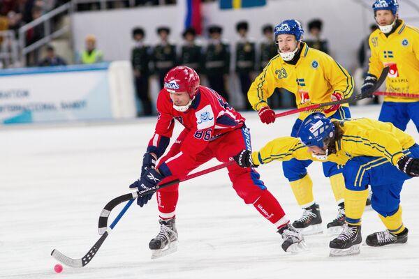 Форвард сборной России по хоккею с мячом Евгений Иванушкин (слева) в окружении шведских бендистов