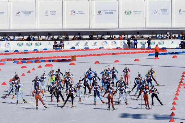 Спортсменки на дистанции масс-старта среди женщин в соревнованиях по биатлону на Приз губернатора Тюменской области в Тюмени