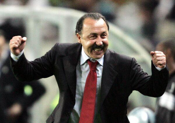 Главный тренер ПФК ЦСКА Валерий Газзаев радуется победе в Кубке УЕФА-2005