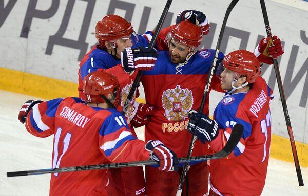 Игроки сборной России по хоккею радуются забитой шайбе