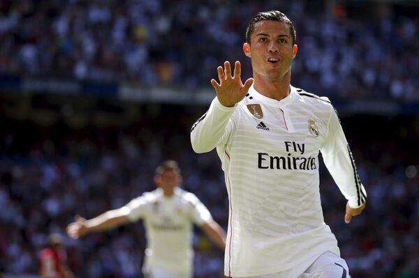 Нападающий мадридского Реала Криштиану Роналду в матче против Гранады