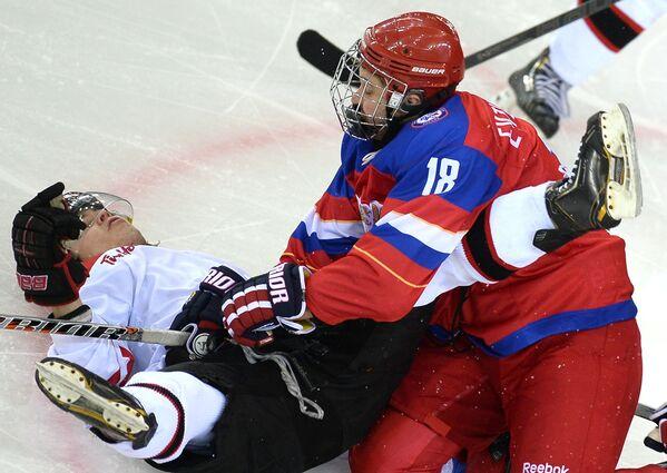 Форвард сборной России Павел Евтушенко (справа) и форвард сборной Канады Джесси Макинтайр