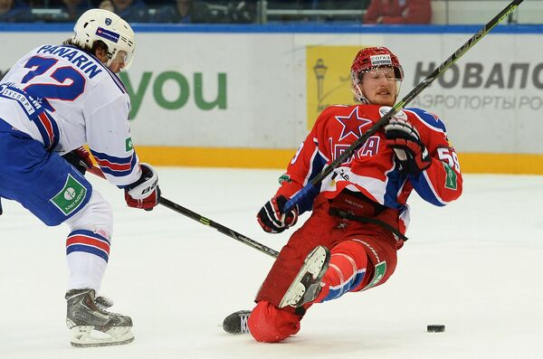 Форвард СКА Артемий Панарин (слева) и форвард ЦСКА Симон Яльмарссон