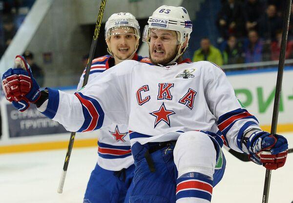 Хоккеисты СКА Вадим Шипачёв (слева) и Евгений Дадонов радуются заброшенной шайбе