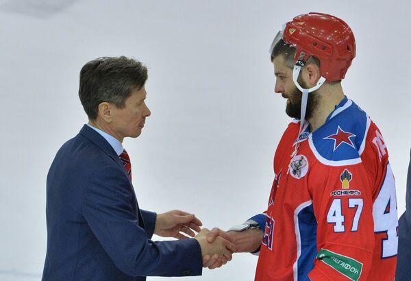 Глвынй тренер СКА Вячеслав Быков (слева) и нападающий ЦСКА Александр Радулов