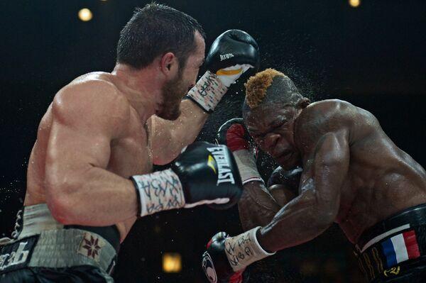 Российский боксер Денис Лебедев (слева) во время боя с французским боксером Йоури Каленга