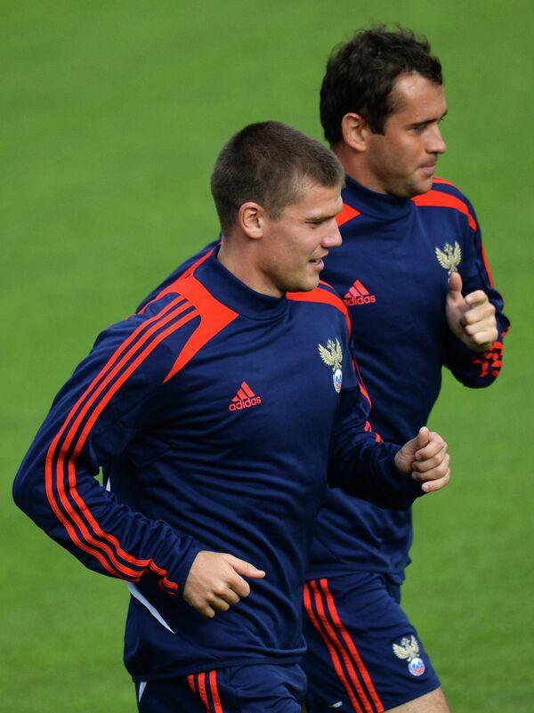 Игроки сборной России по футболу Игорь Денисов и Александр Кержаков (слева направо)