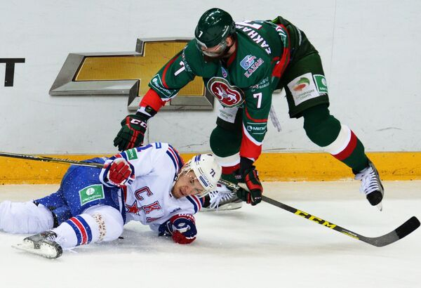 Форвард СКА Антон Бурдасов (слева) и защитник Ак Барса Степан Захарчук