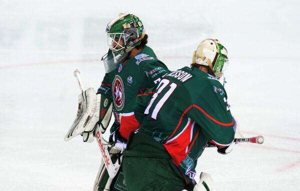 Вратарь Ак Барса Эмиль Гарипов (слева) меняет Андерса Нильссона