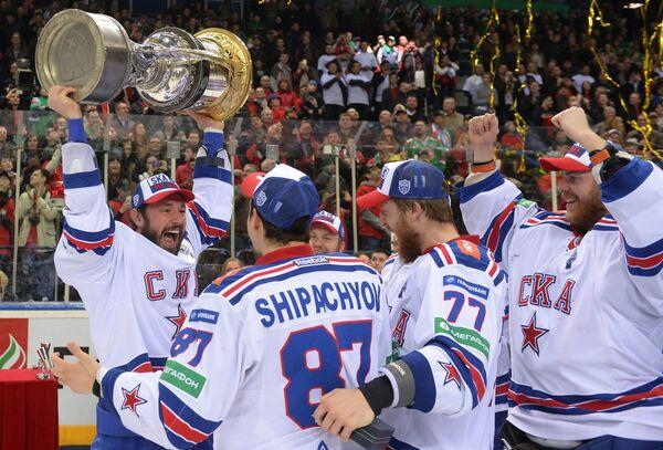 Хоккеисты СКА Илья Ковальчук, Вадим Шипачёв и Антон Белов и Микко Коскинен (слева направо)