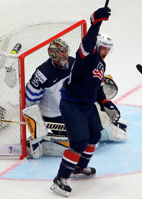 Форвард сборной США Дэн Секстон празднует заброшенную шайбу