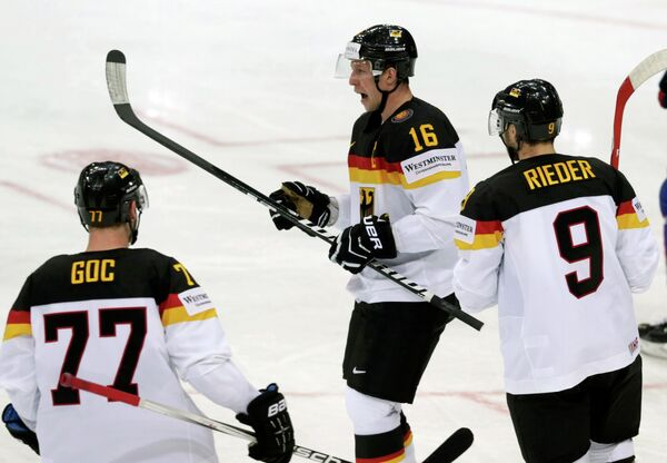 Хоккеисты сборной Германии радуются заброшенной шайбе