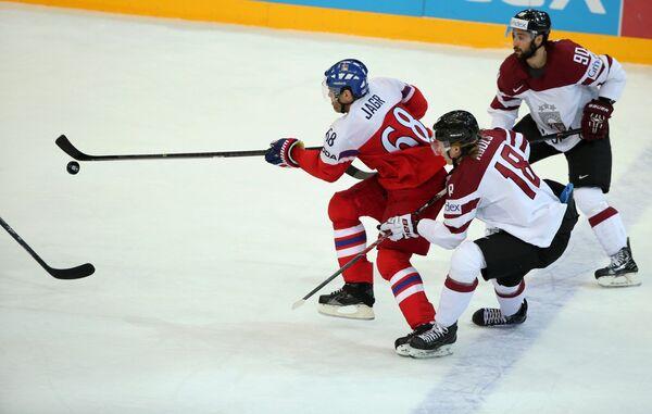 Форварды сборной Латвии Коба Ясс и Родриго Аболс и форвард сборной Чехии Яромир Ягр (справа налево)
