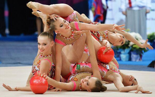 Гимнастки сборной России выполняют групповые упражнения