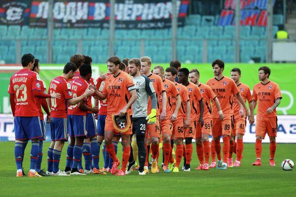 Футболисты Урала и ЦСКА перед началом матча