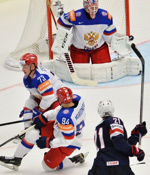 Вратарь сборной России Сергей Бобровский (на втором плане)