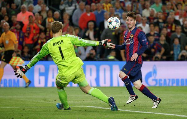 Форвард Барселоны Лионель Месси забивает второй гол в ворота голкипера Баварии Мануэля Нойера
