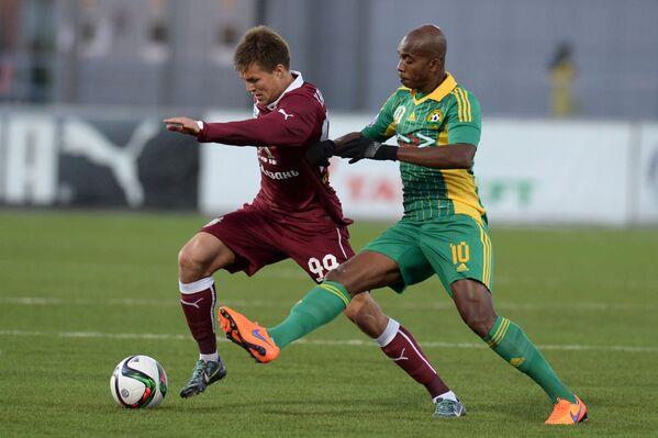 Форвард Рубина Максим Канунников (слева) и полузащитник Кубани Шарль Каборе
