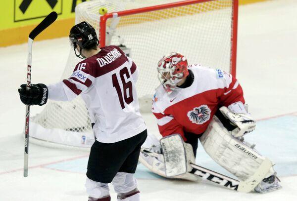 Нападающий сборной Латвии по хоккею Каспарс Даугавиньш и вратарь сборной Австрии Бернхард Штаркбаум (слева направо)