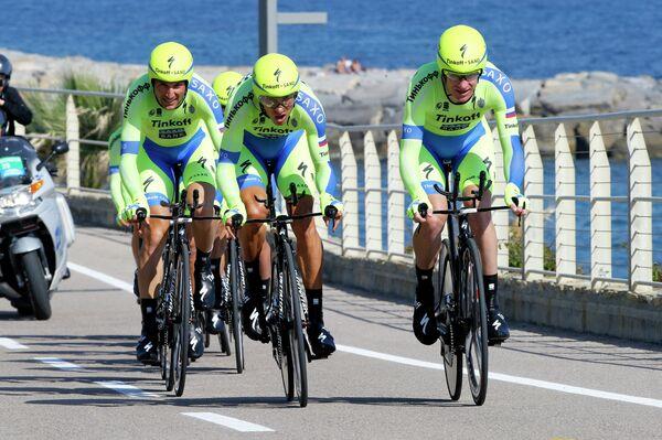 Велогонщики команды Tinkoff-Saxo на первом этапе Джиро д'Италия