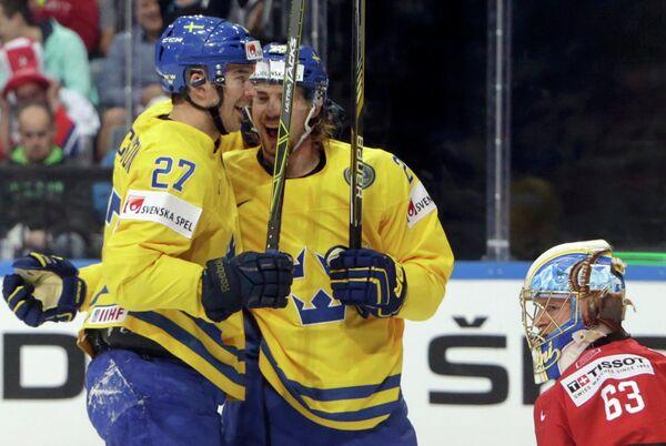 Нападающие сборной Швеции по хоккею Джимми Эрикссон и Элиас Линдхольм (слева направо)