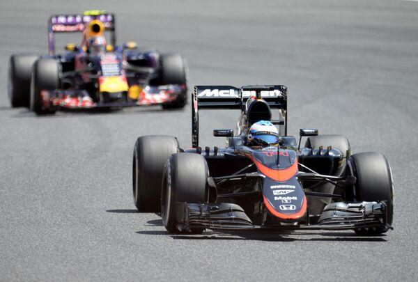 Пилот Ред Булл Даниил Квят и гонщик Макларен Фернандо Алонсо (справа) на дистанции Гран-при Испании