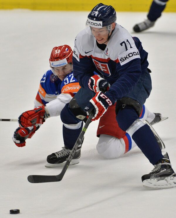 Нападающий сборной России Сергей Широков (слева) и защитник сборной Словакии Марек Дялога