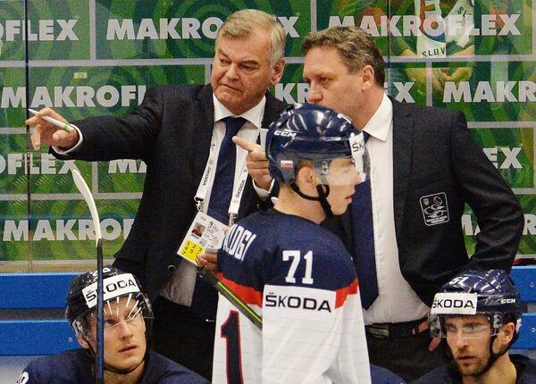 Главный тренер сборной Словакии Владимир Вуйтек (второй слева)