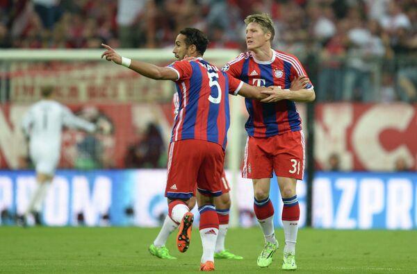 Защитник немецкой Баварии Мехди Бенатия и полузащитник Баварии Бастиан Швайнштайгер (слева направо)