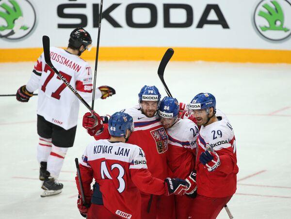 Хоккеисты сборной Чехии радуются забитой шайбе